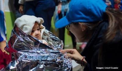 Imagen de Unicef Ecuador de niña con manta térmica