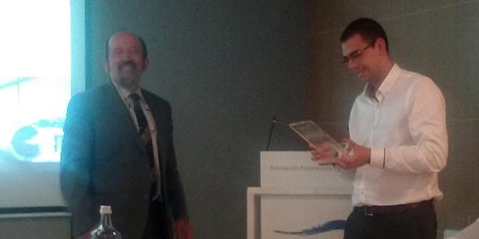 Juan López recoge el galardon de la AEE